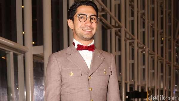 Gaya Reza Rahadian Berkain Tenun Ikat di FFI 2015
