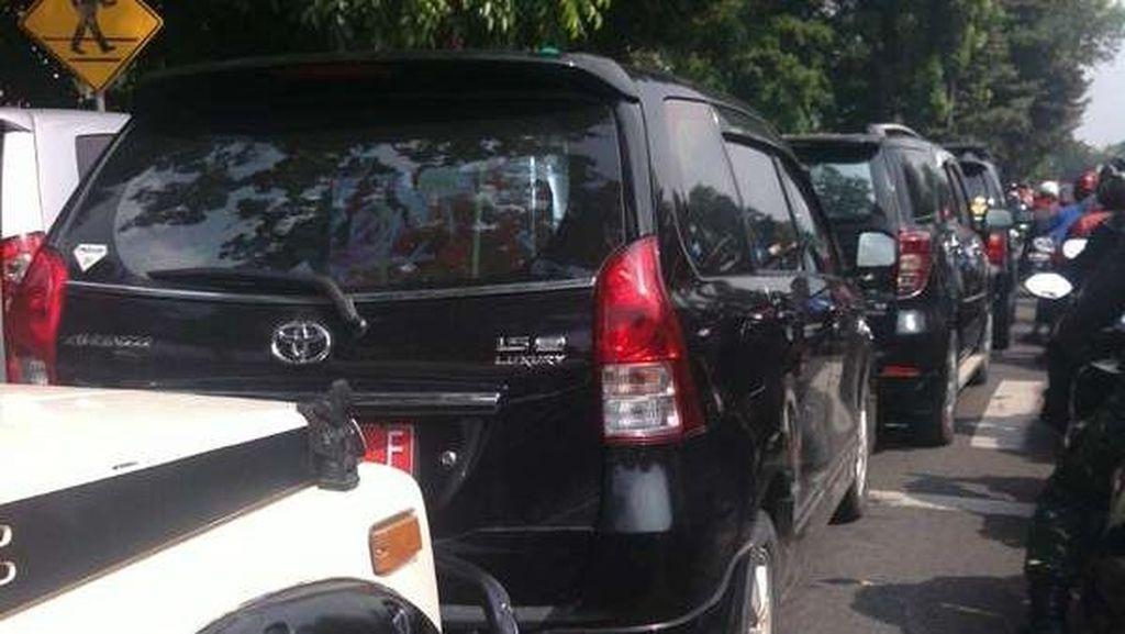 Acara Wisuda di Tebet Bikin Macet karena Mobil Parkir di Tengah Jalan