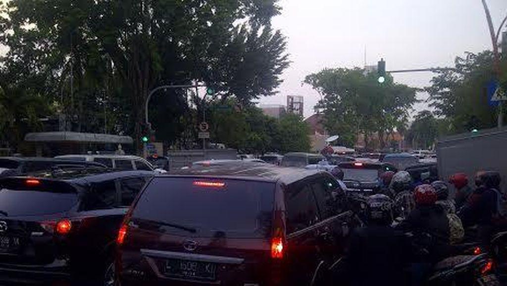 Buruh Demo di Depan Grahadi Macetkan Jalan Gubernur Suryo