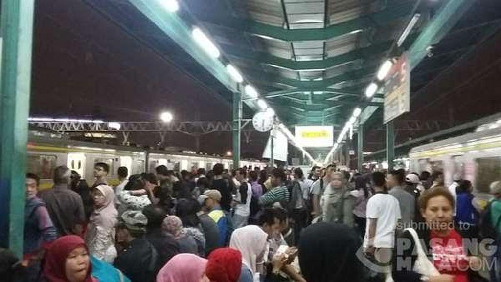 Jalur ke Bogor Tertimbun Longsor, Begini Riuhnya Antrean di Stasiun Manggarai