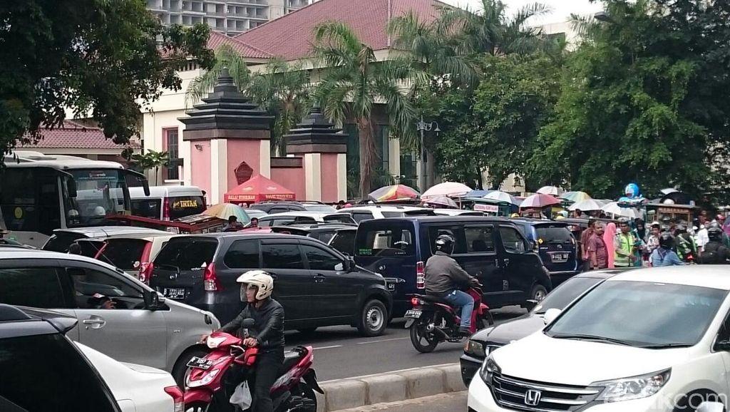 Acara Wisuda dan Parkir Liar di Depan Balai Sudirman yang Bikin Semrawut
