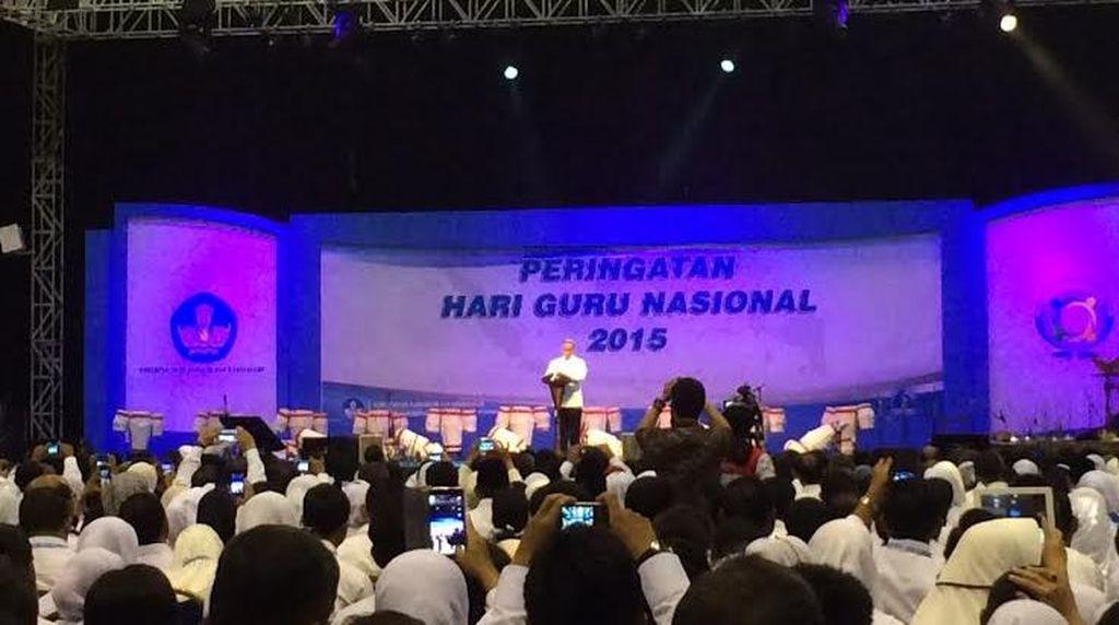 Jokowi Hadiri Peringatan Hari Guru Nasional di Senayan