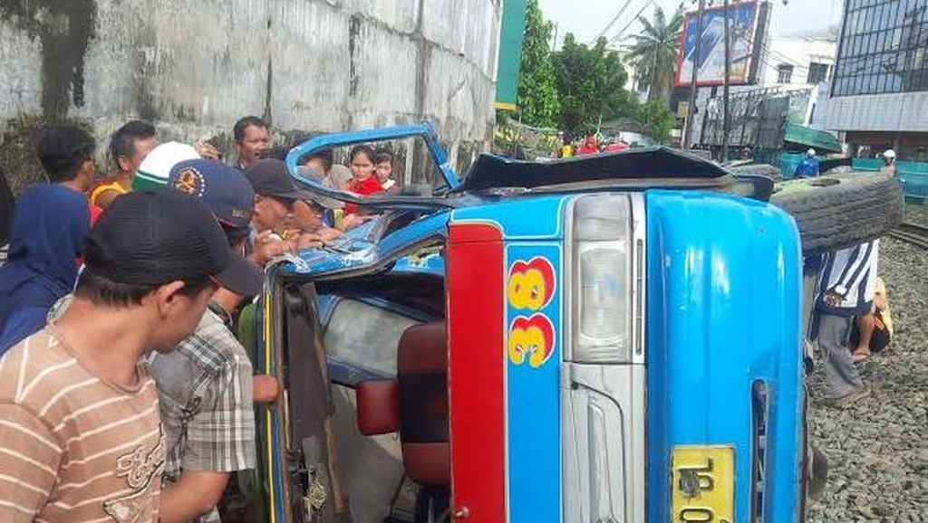 Kereta Api Vs Angkot di Medan, 10 Orang Luka-luka