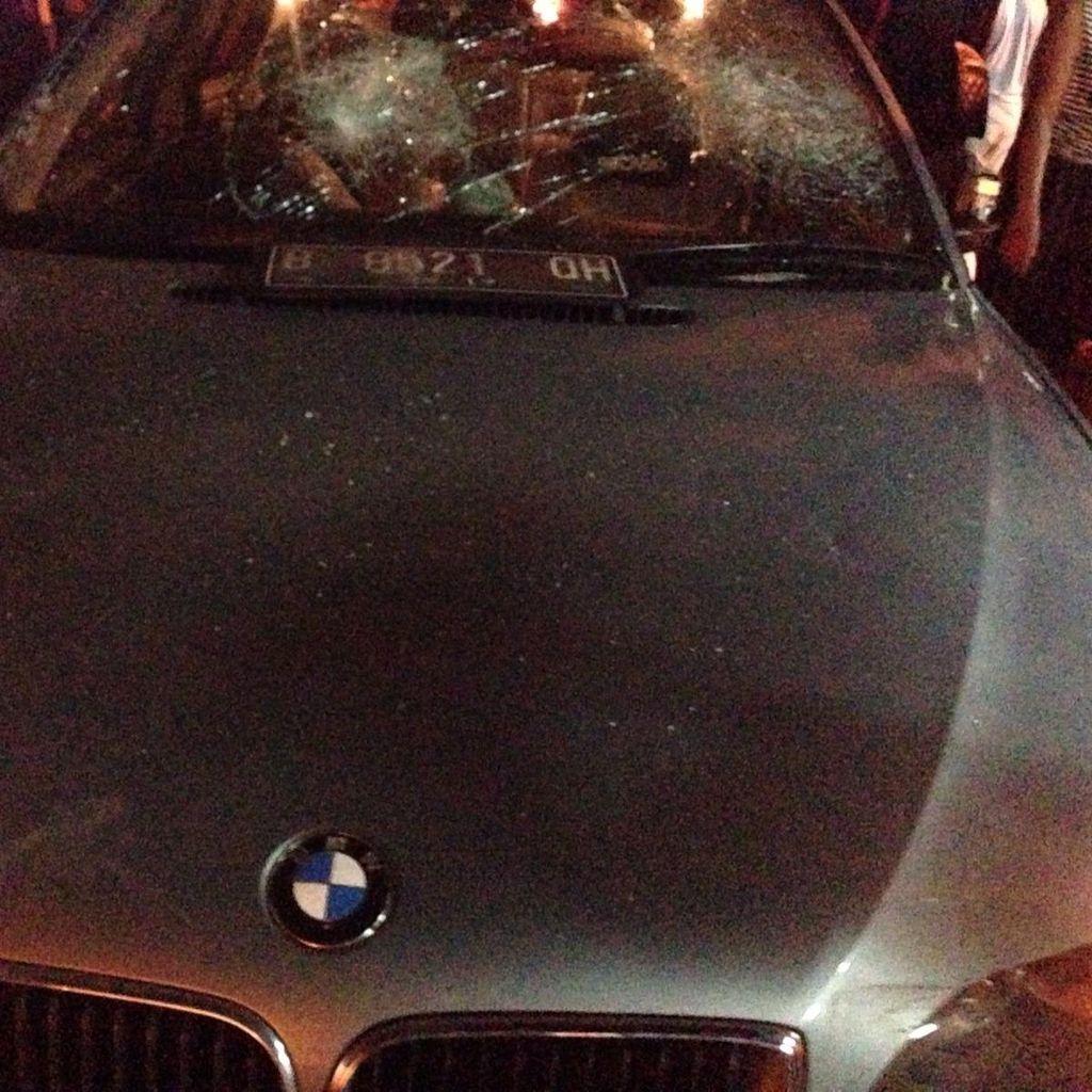 Diduga Tabrak Lari Pejalan Kaki, Mobil BMW Diamuk Massa di Tebet