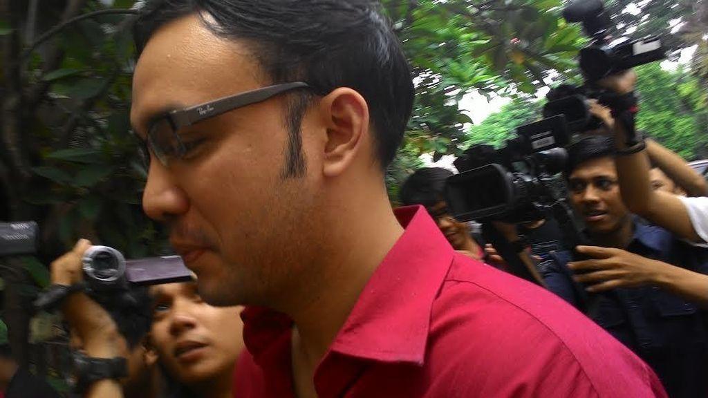 Sandy Tumiwa Tiba di Polda Metro Jaya, Tangannya Diborgol