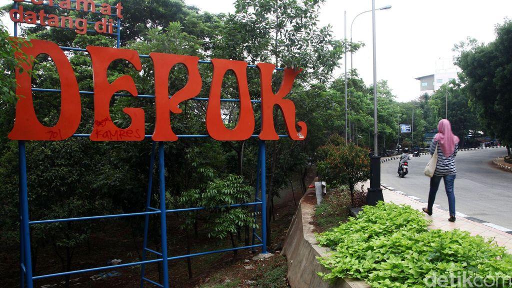 Heboh Bau Gas di Jalanan Depok, Petugas Pemadam Siaga