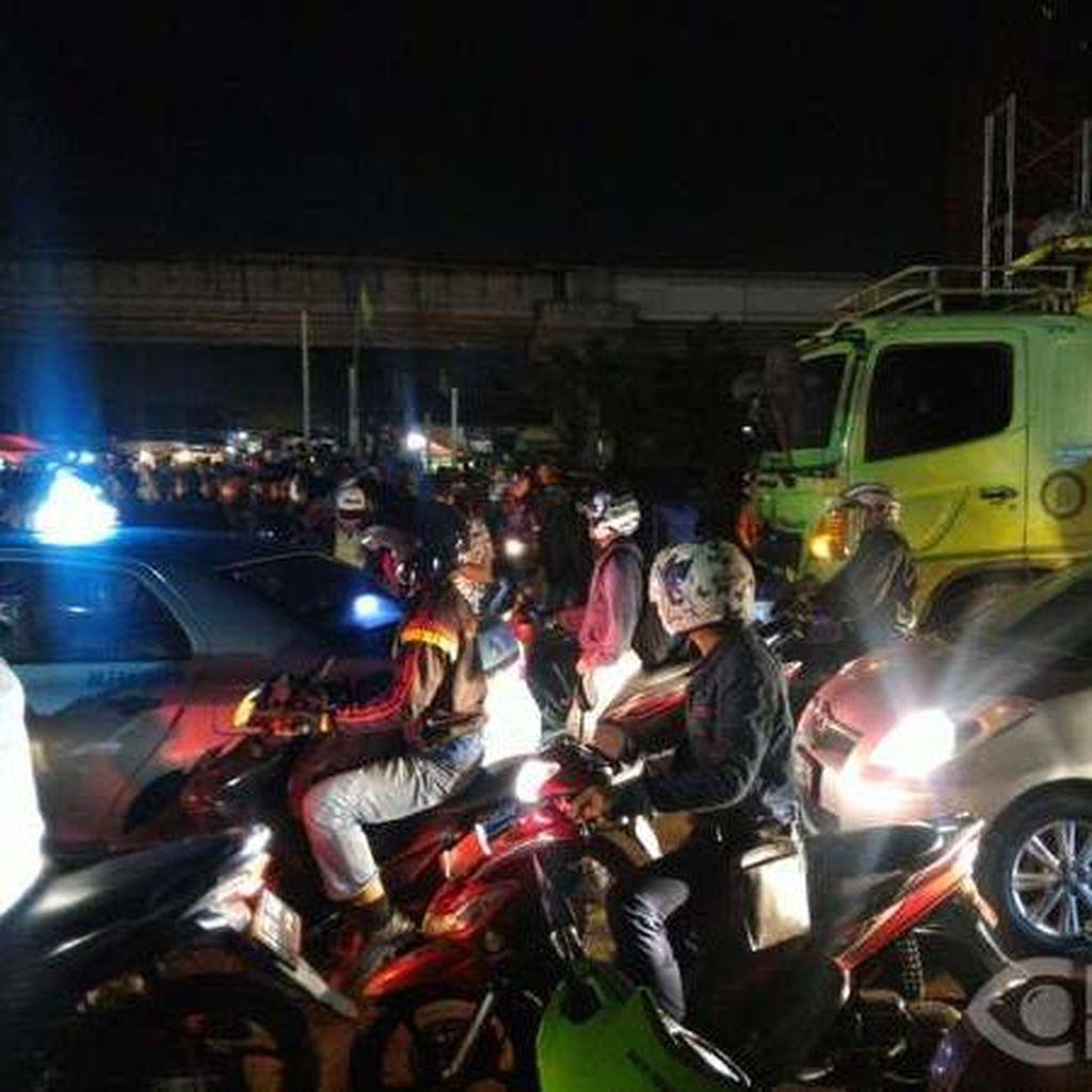 Pengemudi Wanita Tewas Tertabrak Truk di Kalimalang