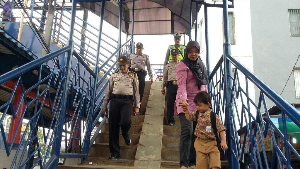 Polisi Gelar Patroli Jalan Kaki di JPO di Tangerang