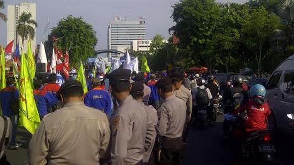 Buruh Mulai Demo di Grahadi, Jalan Gubernur Suryo Macet