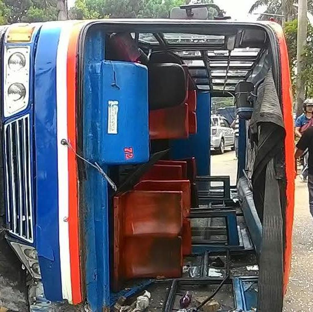 Metromini Terguling di Pondok Indah, Lalin Macet