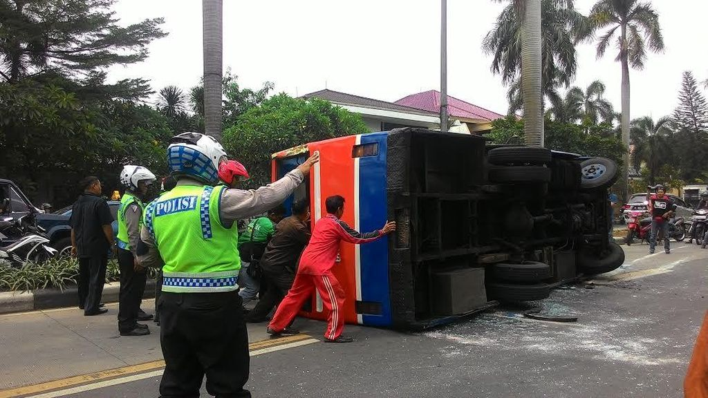 Metro Mini yang Terguling di Pondok Indah Dievakuasi, Lalin Masih Padat