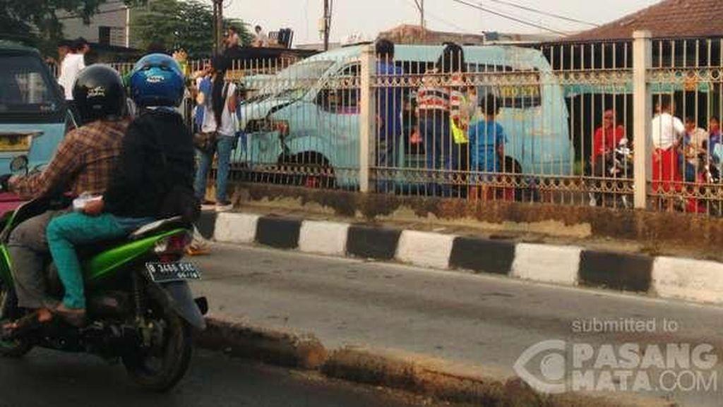 Terobos Jalur TransJ, Mikrolet M27 Kecelakaan di Pulo Gadung