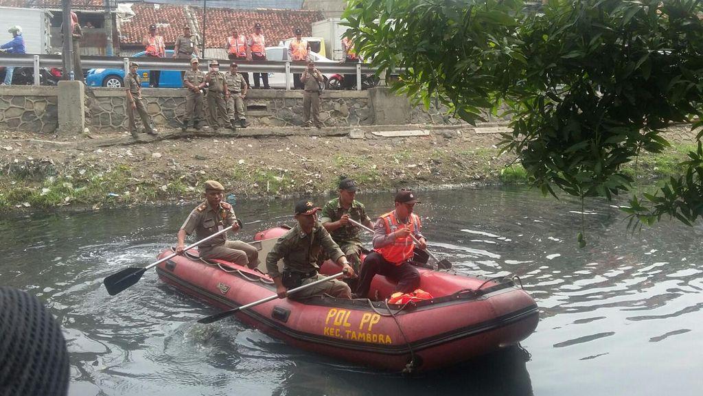 Polisi Gelar Simulasi, Siapkan Penanganan Banjir di Tambora Jakbar