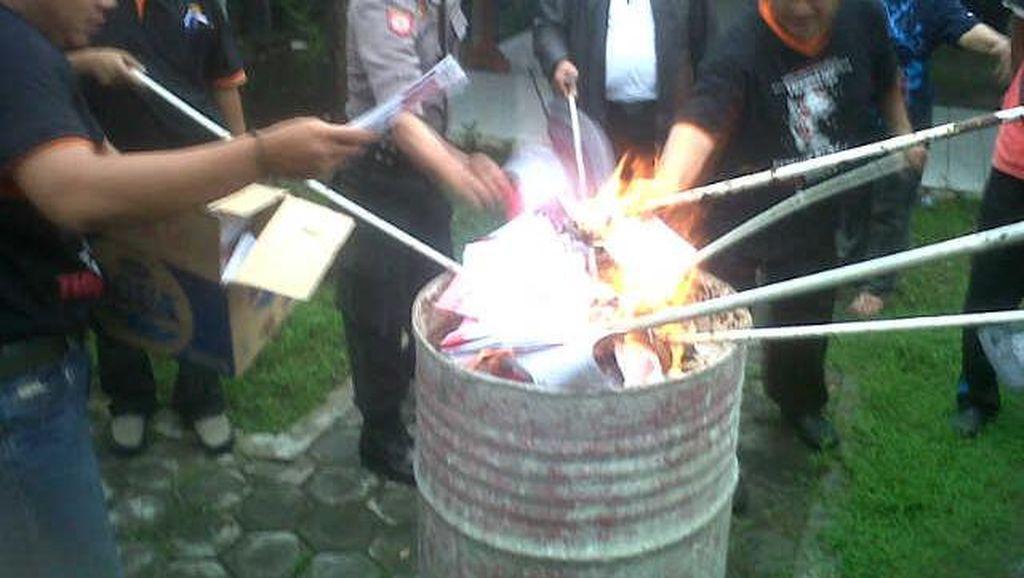 Pilkada Serentak, KPU Kota Blitar Bakar Ribuan Surat Suara Rusak