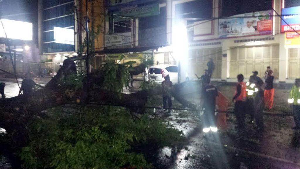 Ada Pohon Tumbang, Lalin dari Tol Jagorawi ke Puncak Macet 11 Km