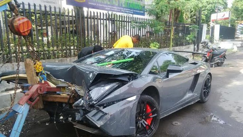 Pengemudi Lamborghini yang Tabrak Warung STMJ Mengaku Melaju 80 Km/Jam