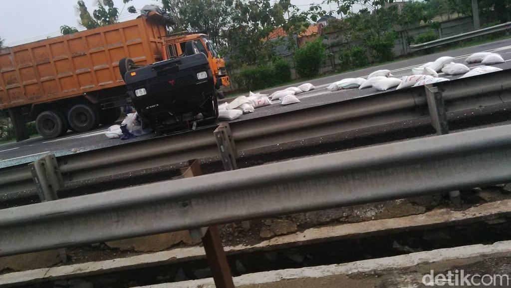 Mobil Pikap Terbalik di Tol Merak, Muatan Berisi Karung Berserakan