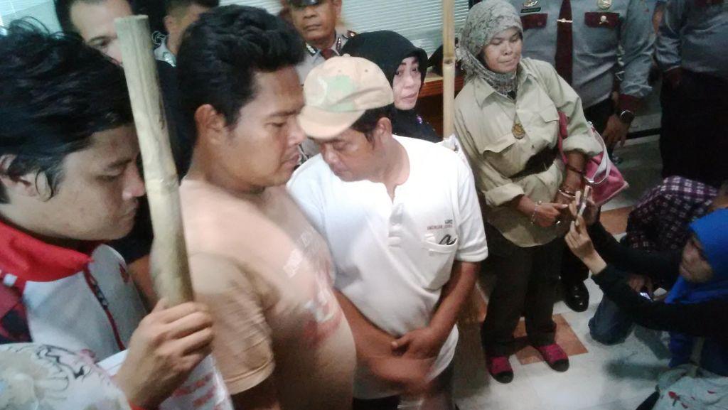 Berikan Sapu ke MKD, Masyarakat: Bapak Harus Punya Nyali Proses Novanto!