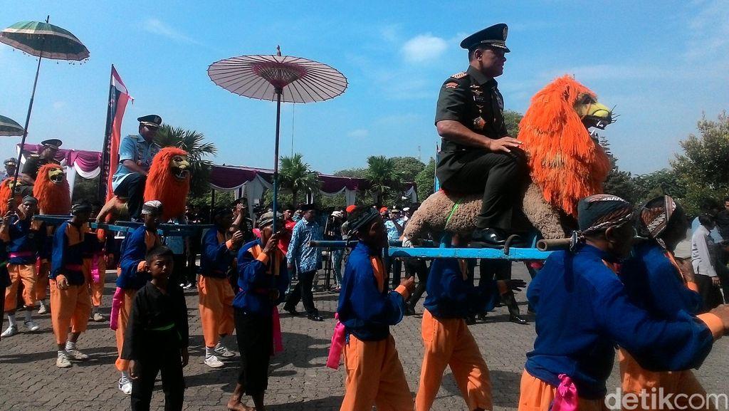 Peringati HUT ke-44 Korpri, Panglima TNI Diarak Tarian Sisingaan