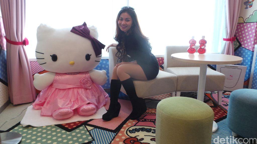 Bikin Iri! Ariel Tatum Tidur Bareng Hello Kitty di Jepang