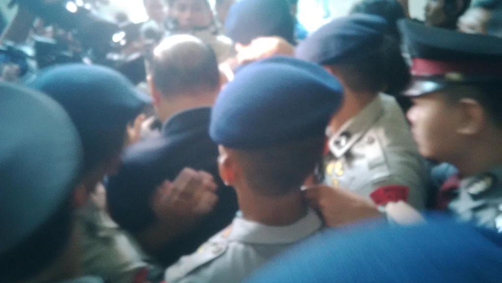 Usai Rapat, Kahar Muzakir Dikawal Brimob dan Enggan Berkomentar