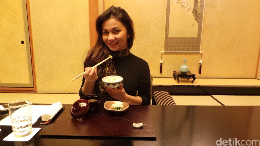 Disuguhi Makanan Khas Jepang, Ariel Tatum Tak Berhenti Ngunyah