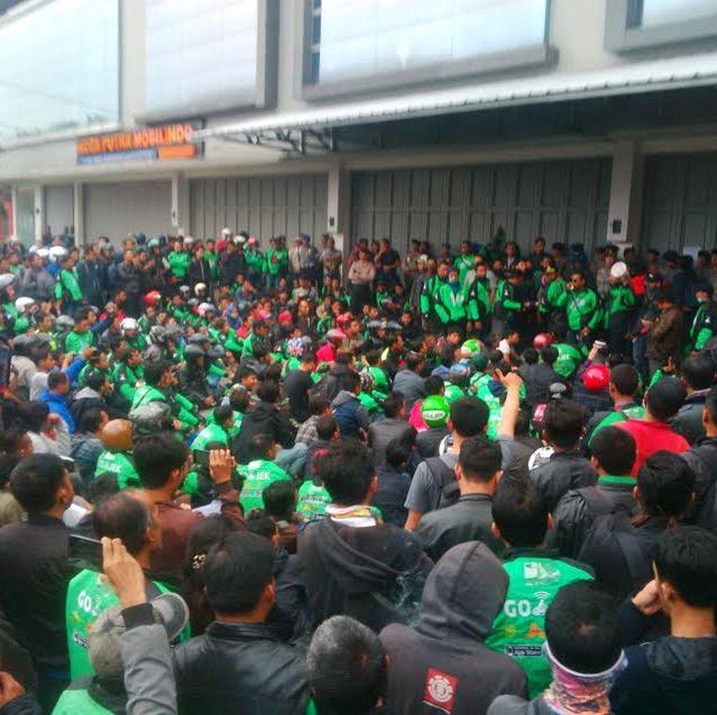 Ribuan Driver Hijau Geruduk Kantor Bandung: Tutup Go-Jek!