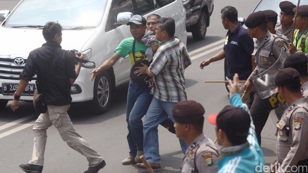 Pendemo Asal Papua Diangkut ke Polda dengan Mobil Polisi dan Metro Mini