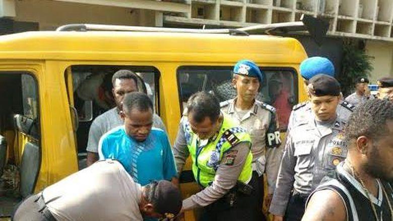 Keroyok Polisi Di Tangerang 20 Pendemo Ini Ditangkap Di Senayan