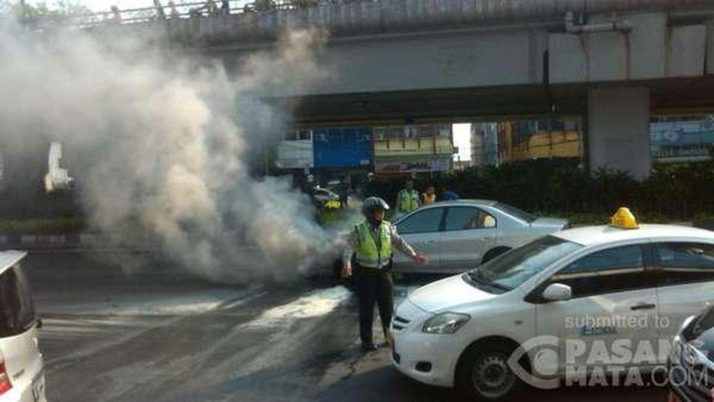 Mobil Sedan Terbakar di Bawah Flyover Senen, Lalin Macet