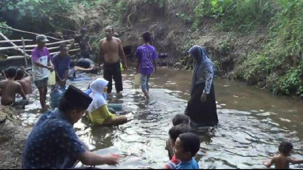 Semburan Air di Lahan Tandus Probolinggo Kian Deras, Lokasi Makin Ramai