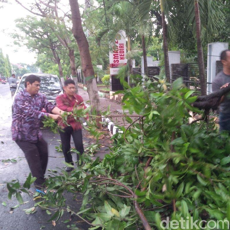 Wali Kota Kediri Blusukan Ikut Bersihkan Pohon Tumbang