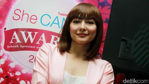 New Hair! Dewi Rezer Cantik Berponi