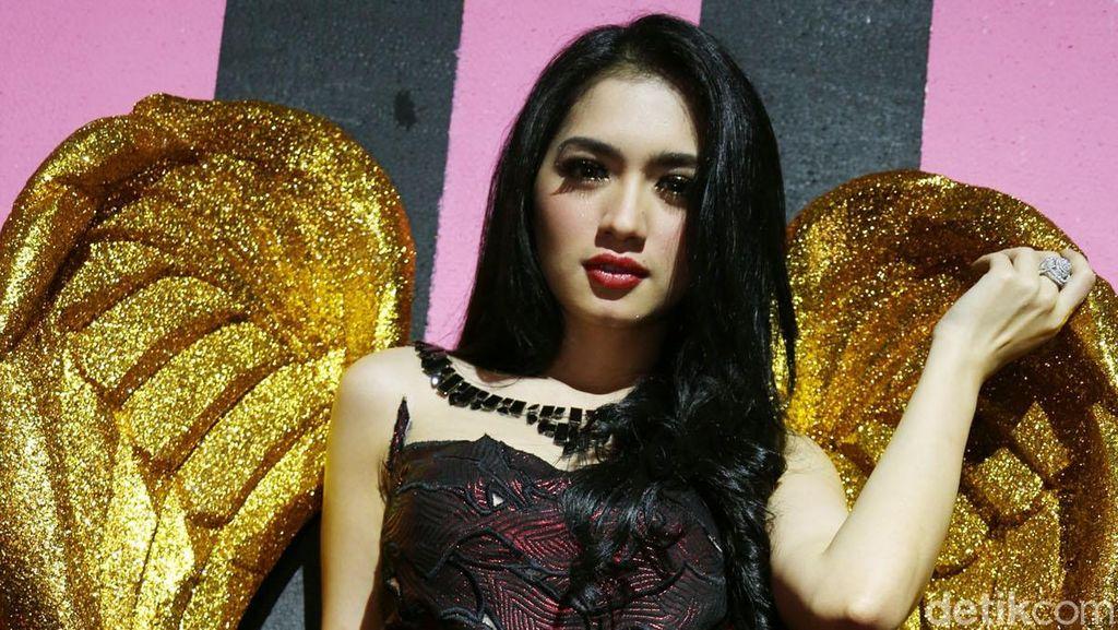 Sibuk Syuting, Angel Karamoy Enggan Bicara Perceraian