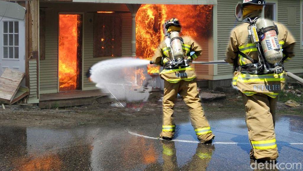 Petugas Damkar Padamkan Api yang Bakar Puluhan Rumah di Grogol Selatan
