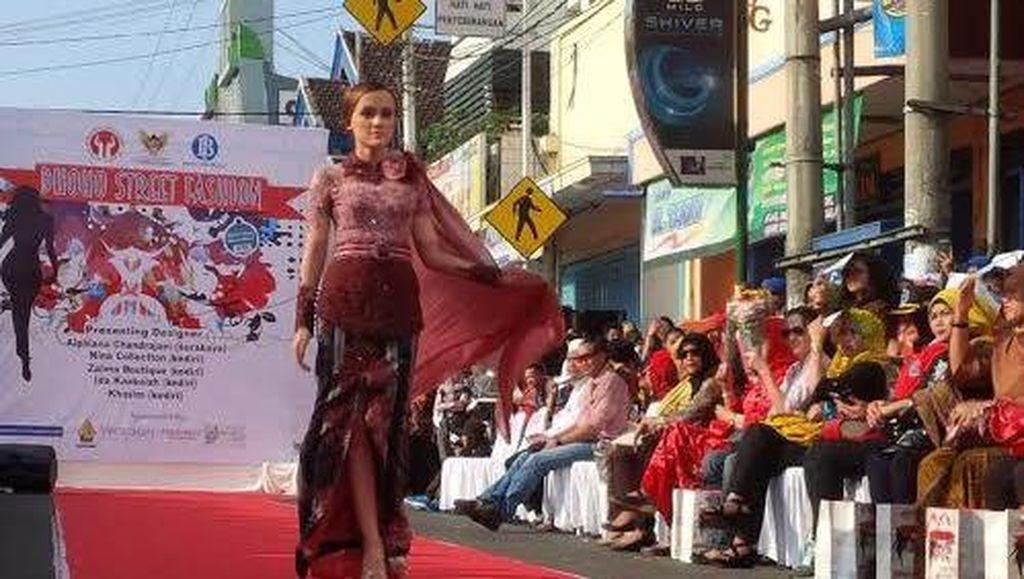 Perkenalkan Baju Tradisional, Pemkot Kediri Gelar Dhoho Street Fashion