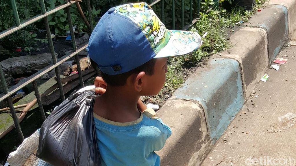 Kisah Geri, Bocah 6 Tahun yang Memulung untuk Bantu Ayahnya