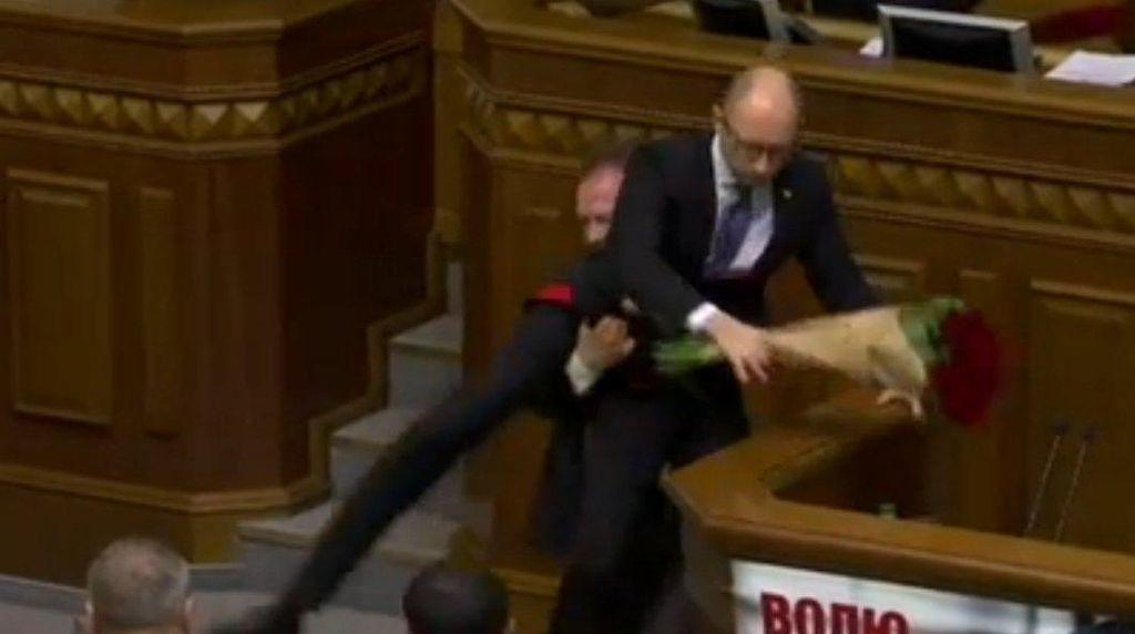 Pidato di Parlemen, PM Ukraina Ditarik dan Digendong dari Podium
