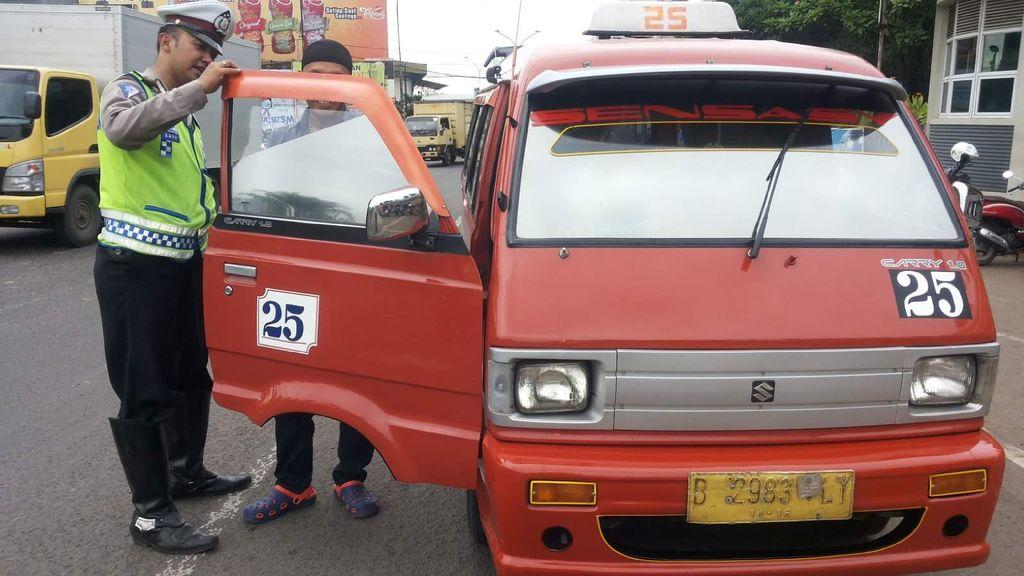 Angkutan Umum Berkaca Film Gelap di Bekasi Ditindak Polisi