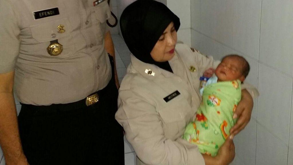 Bayi Mungil Malang ini Menangis Dibuang di Trotoar di Tangerang
