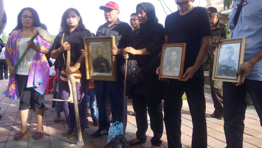 Eksekusi Ditunda, Warga Zeni Mampang Sujud Syukur di TMP Kalibata