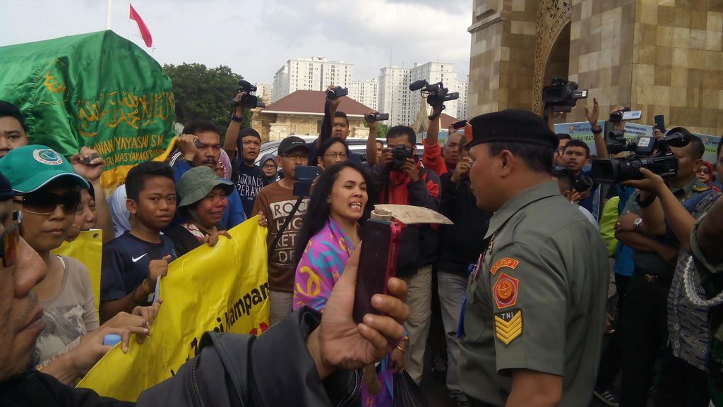 Protes Rumahnya Hendak Digusur, Warga Mampang Mau Bongkar Makam di TMP Kalibata