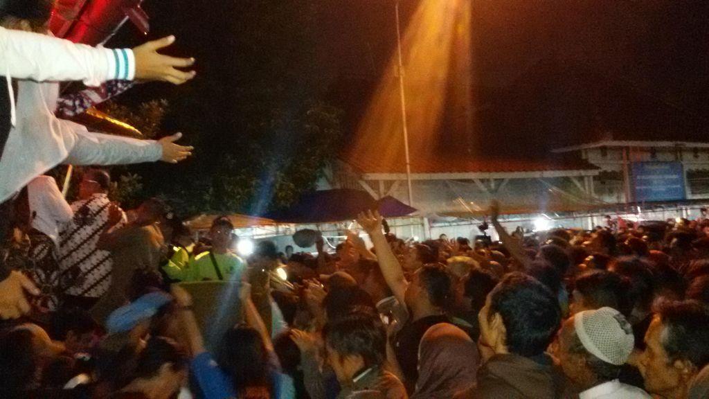 Ribuan Warga Berebut Uang Logam yang Disebar Sultan Hamengku Bawono X