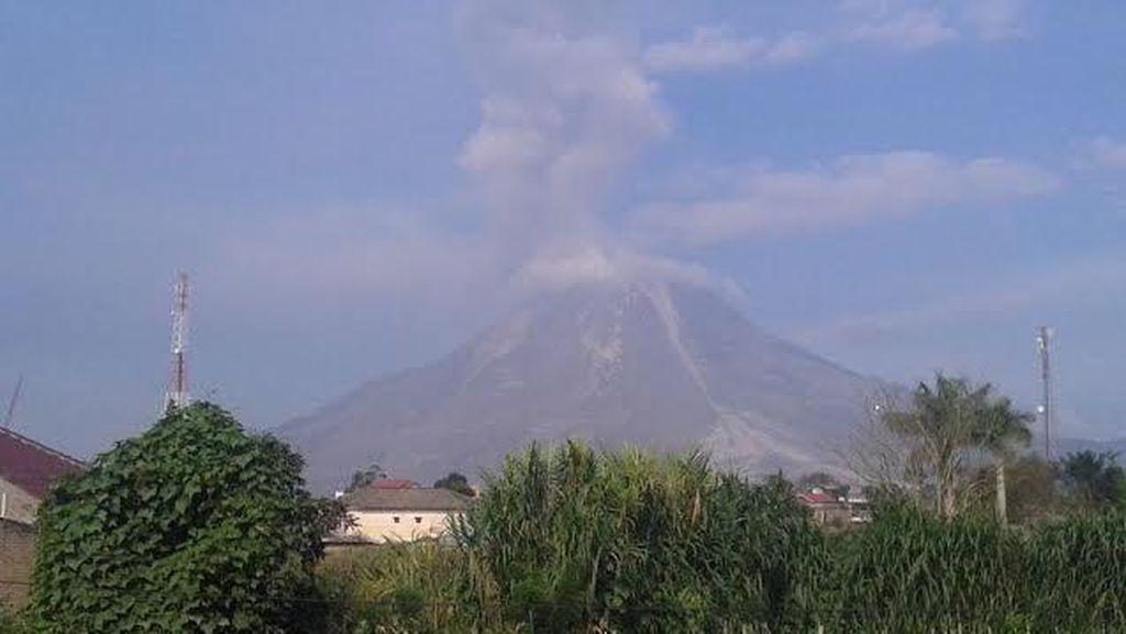 Gunung Sinabung 19 kali Guguran, Wisatawan Diimbau Tak Mendekat