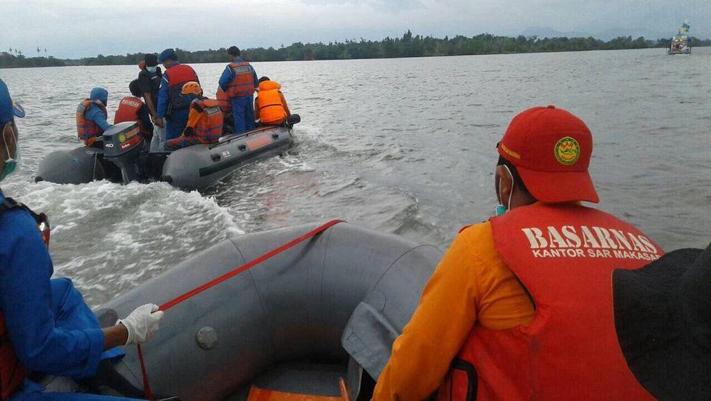 Dihadang Ombak Tinggi, Tim SAR Pinjam Perahu Nelayan Cari Penumpang KM Marina