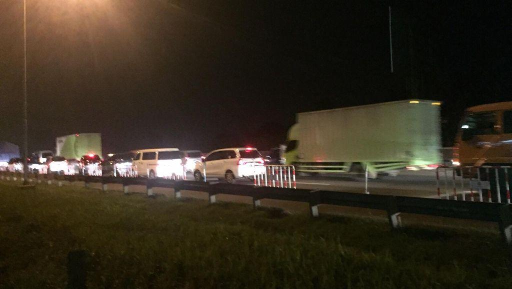 Truk Tronton Patah Baut Roda di Km 56, Tol Cikampek Arah Jakarta Macet Panjang