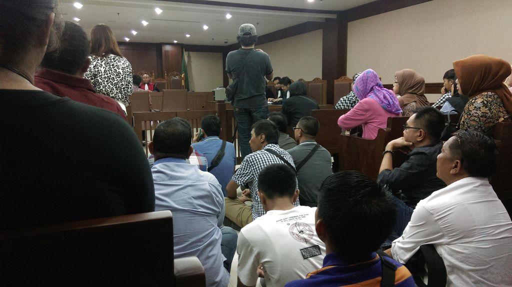 Ruangan Penuh, Pengunjung Lesehan di Sidang Pengadilan Tipikor