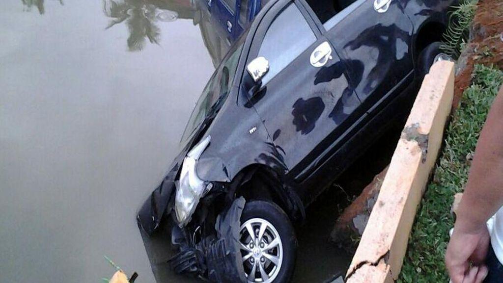 Gara-gara Motor Ugal-ugalan, Dua Mobil di Sukabumi Nyemplung ke Kolam