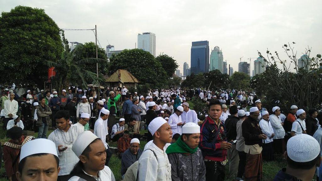 Ribuan Massa FPI Konvoi Motor Iringi Habib Selon ke TPU Karet, Polisi Mengawal