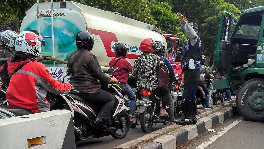 Truk Kontainer Hantam Truk Tangki di Tangerang